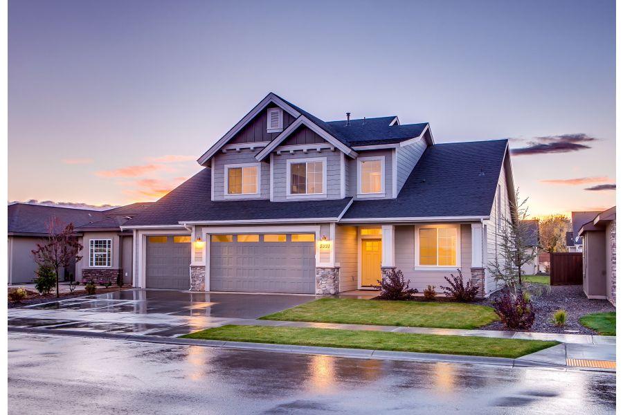 Ein beleuchtetes Haus in der Abenddämmerung.