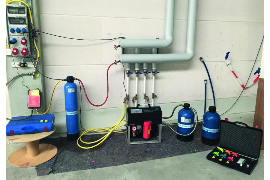 """Die intelligente Heizungsbefüllstation """"permamat""""und """"permaLine"""" zur Heizungswasseraufbereitung, angeschlossen an eine Heizungsanlage."""
