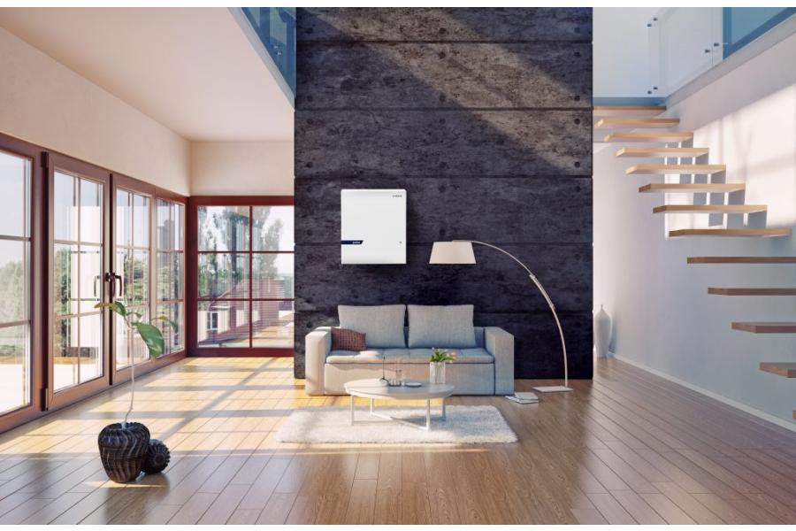 """Ein """"Varta-pulse""""-Energiespeicher in einen Wohnzimmer."""