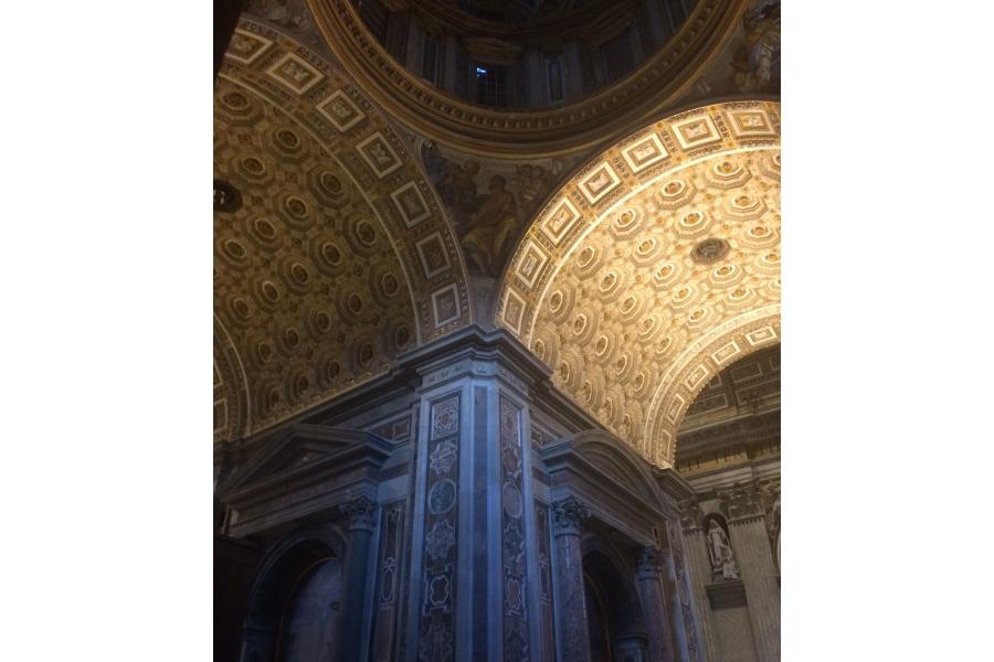 Der linke Bogen einer Kuppel wird von der alten Beleuchtung, der rechte von der neuen Beleuchtung von Osram in Szene gesetzt.