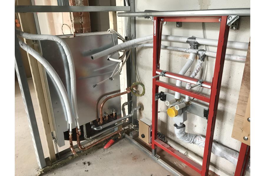 """Vorwandinstallationen an den Frischwasser-Kompaktstationen mit isolierten """"CTX""""-Kupferrohren."""