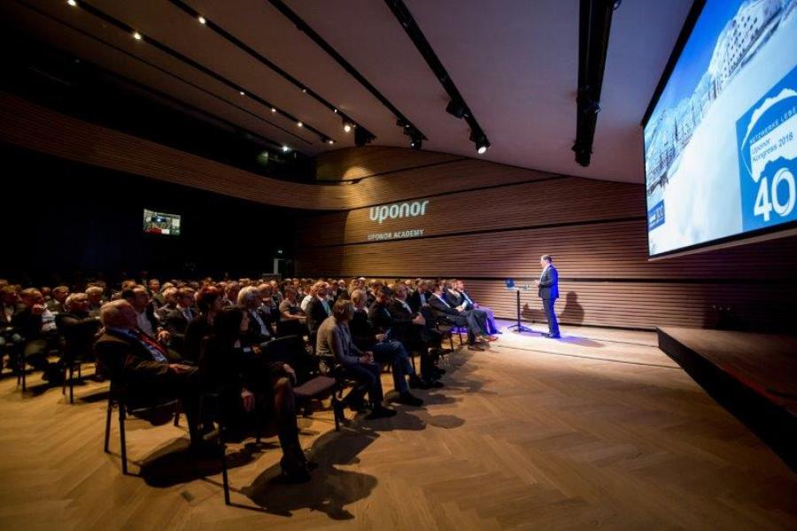 Heinz-Werner Schmidt begrüßt die rund 200 Teilnehmer des Uponor-Kongresses 2018 im Auditorium des Arlberg Hotels.