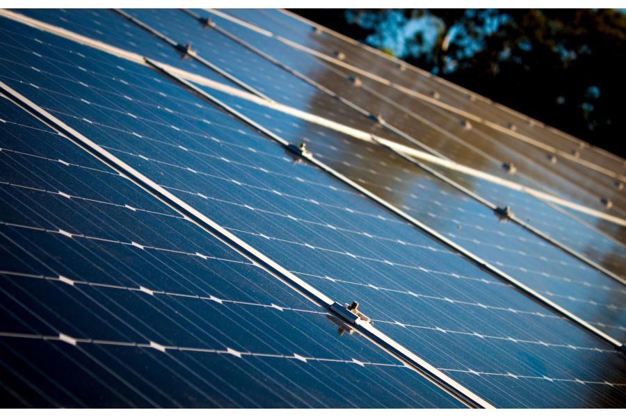 Eine Photovoltaik-Anlage auf einem Dach.