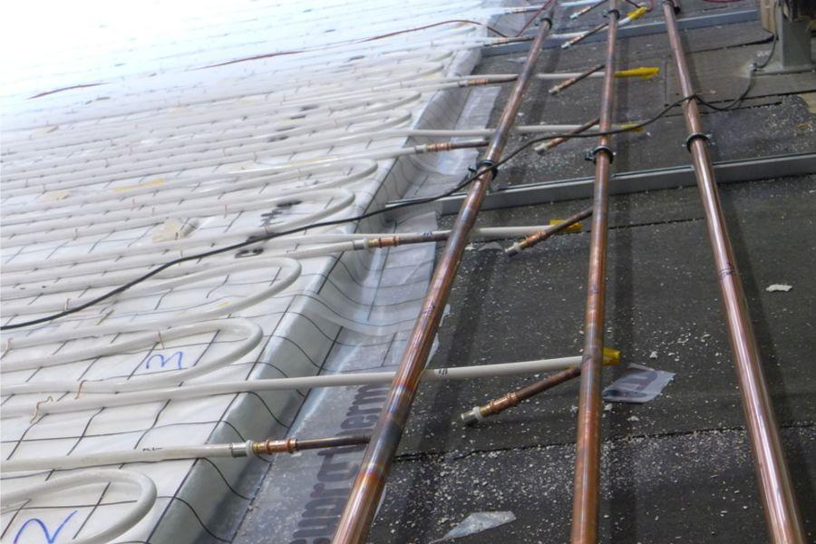 Kupferrohre für eine Fußbodenheizung.