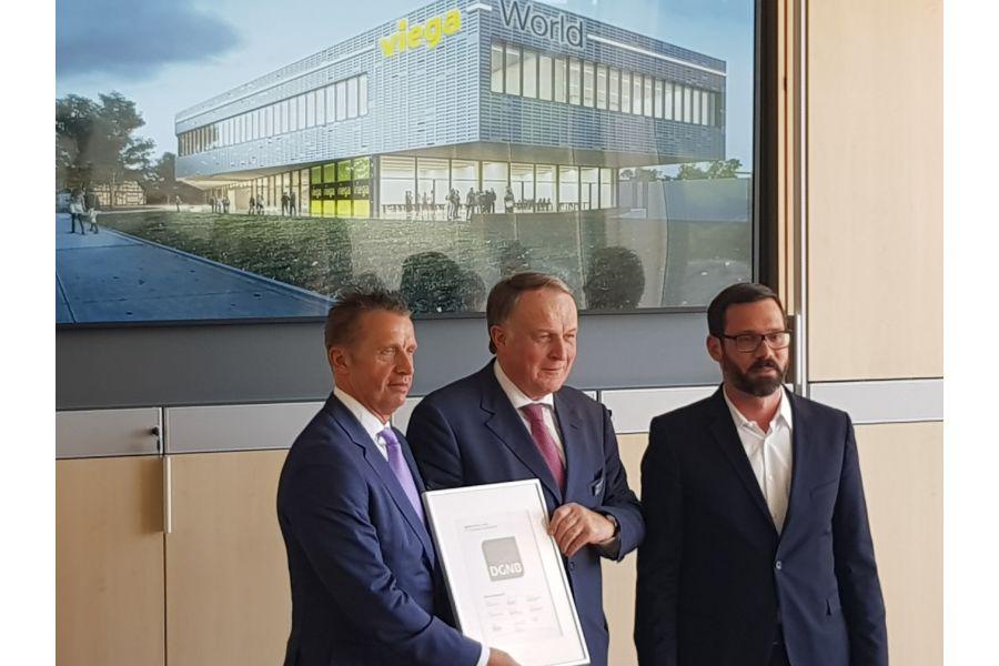 Einen so hohen Erfüllungsgrad gab es für einen Bildungsneubau noch nie: DGNB-Geschäftsführer Marcus Herget (re.) überreichte zum ersten Spatenstich das DGNB-Vorzertifikat an Walter Viegener (Mi.) und Claus Holst-Gydesen.