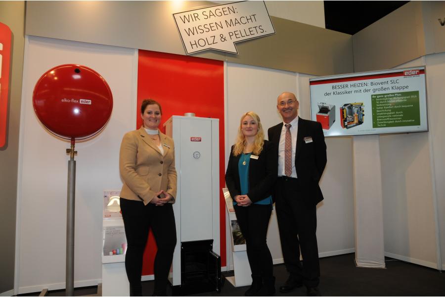 Christina Eder, Nadine Lukasser und Alfred Eder von der Anton Eder GmbH präsentieren auf der IFH/Intherm den Eder-Badeofen.