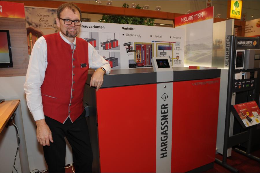 """Produktmanager Anton Hofer von der Hargassner GmbH präsentiert die neue Kraft-Wärme-Kopplungs-Anlage """"KWK 60/20"""" auf der IFH/Intherm 2018."""
