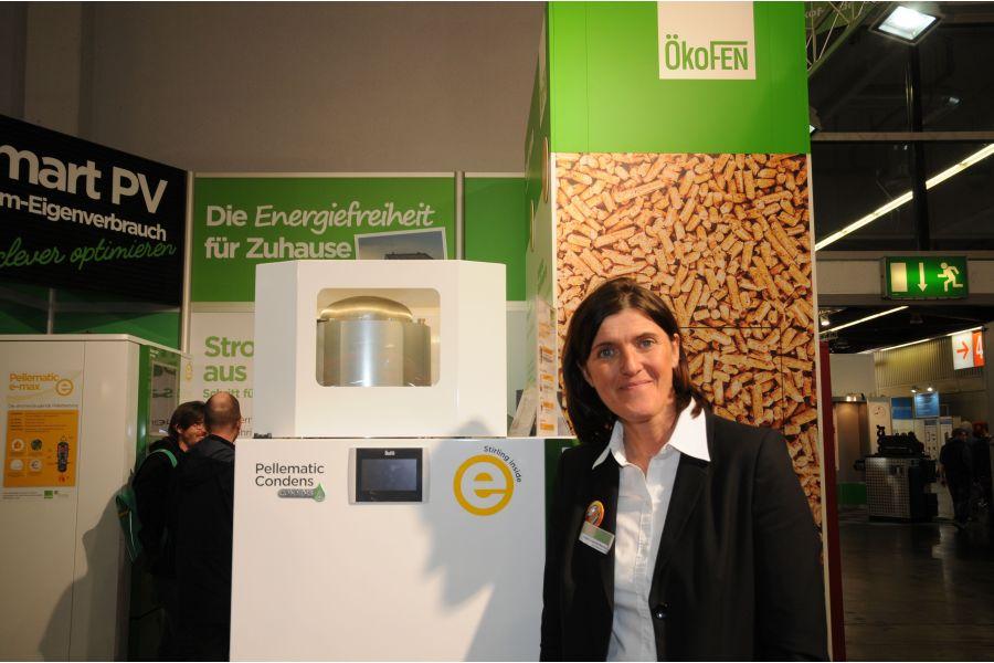 Beate Schmidt-Menig von der ÖkoFEN Heiztechnik GmbH mit der stromerzeugenden Pelletheizung