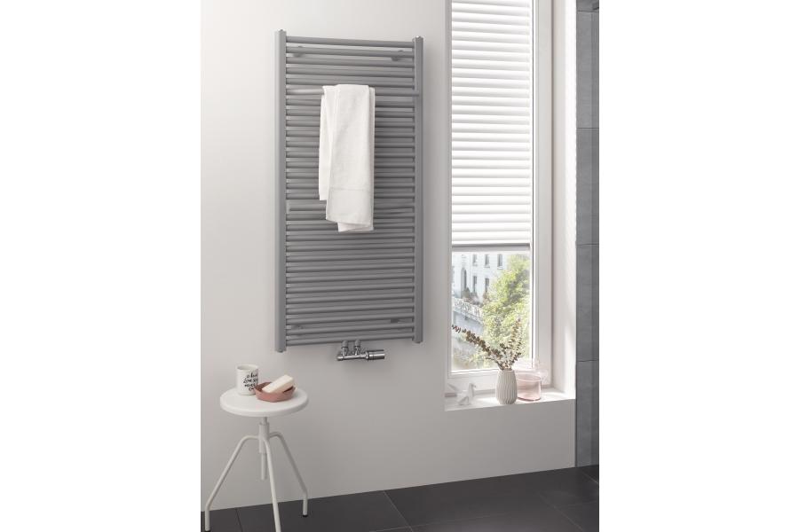 """Ein """"Line Plus""""-Designheizkörper in einem Badezimmer."""