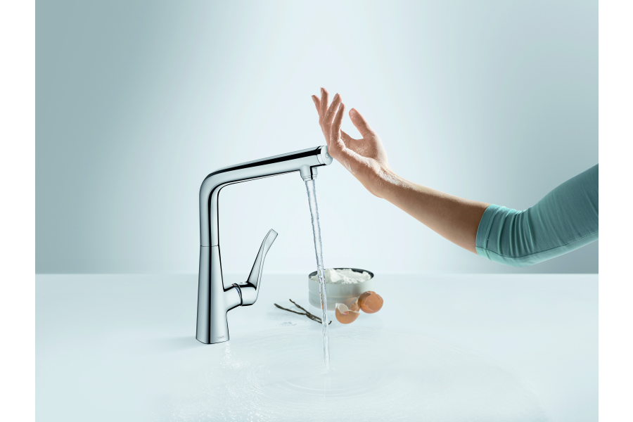 """Das Bild zeigt die Küchenarmatur """"Metris Select"""" von Hansgrohe."""