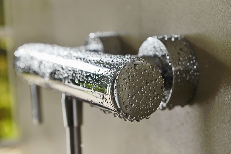 Das Bild zeigt die verchromte Badewannenarmatur aus der Serie