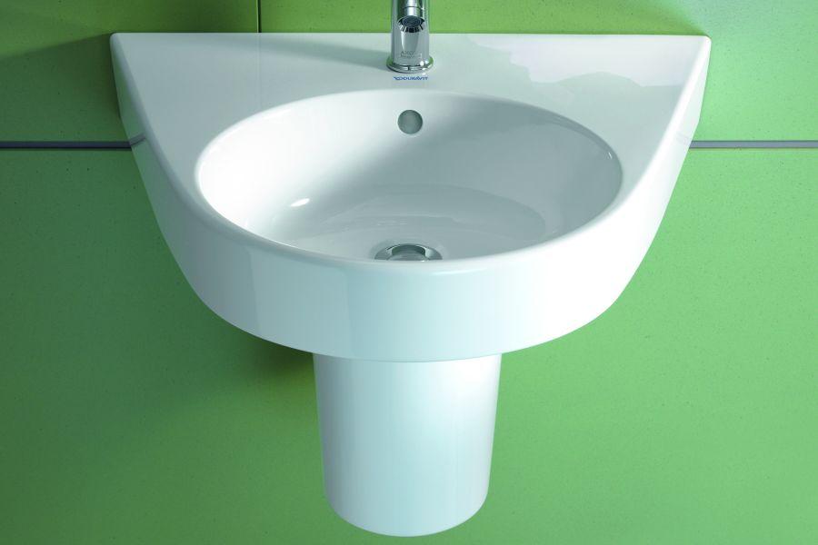Das Bild zeigt das weiße, an einer Wand montierte Waschbecken aus der Keramikserie