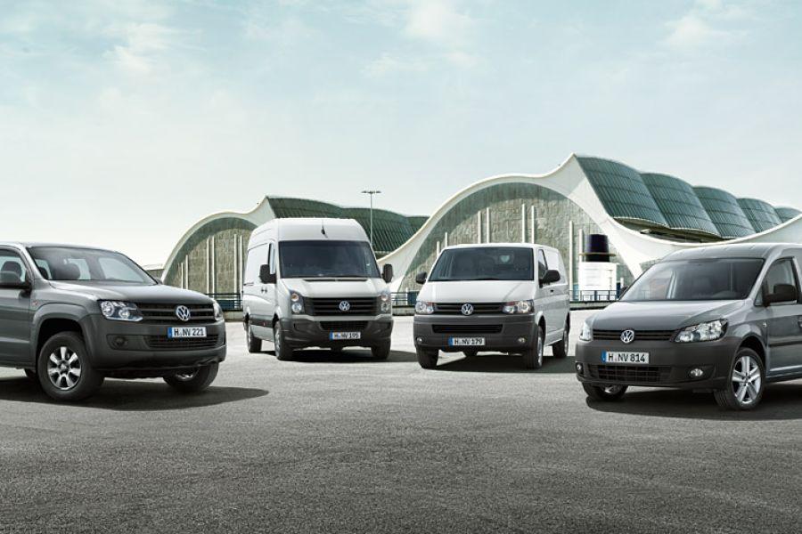 Das Bild zeigt einen asphaltierten Platz, auf dem sich vier Nutzfahrzeug-Modelle von Volkswagen befinden.