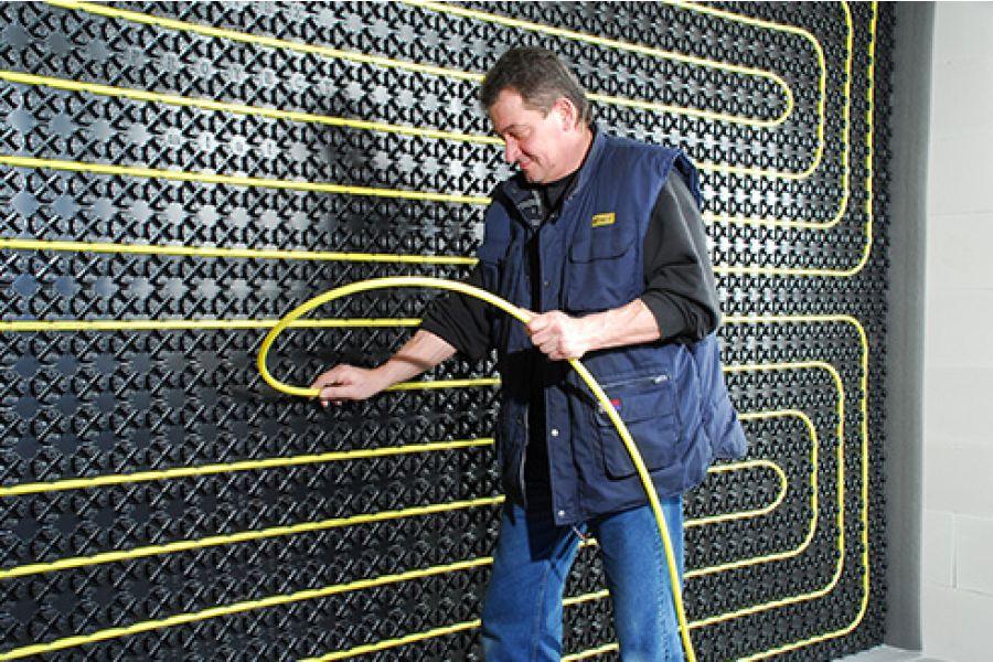 Installation einer Wandheizung.