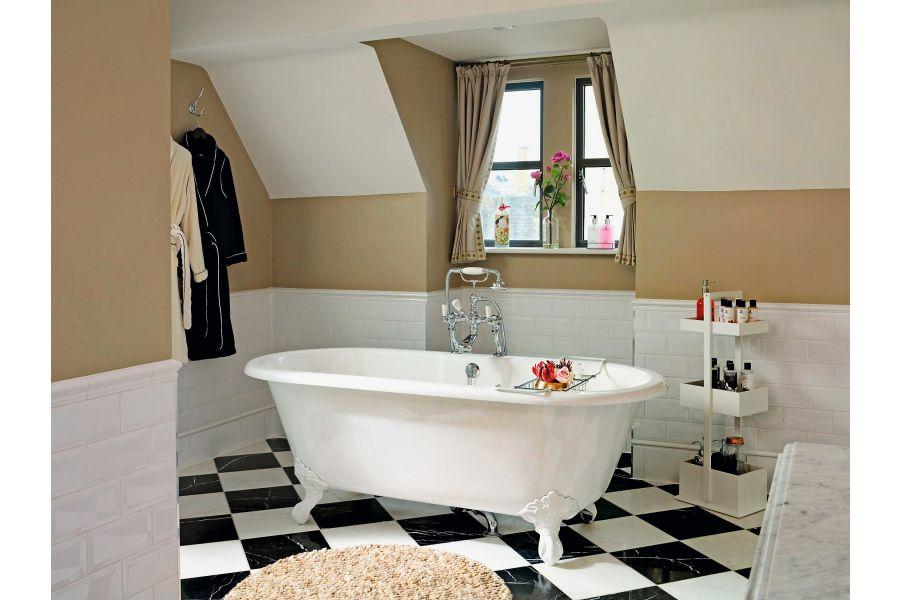 Der Sanitärhersteller Victoria + Albert Baths ist sich sicher: Eine freistehende Badewanne sorgt immer für ein großzügiges Raumgefühl.