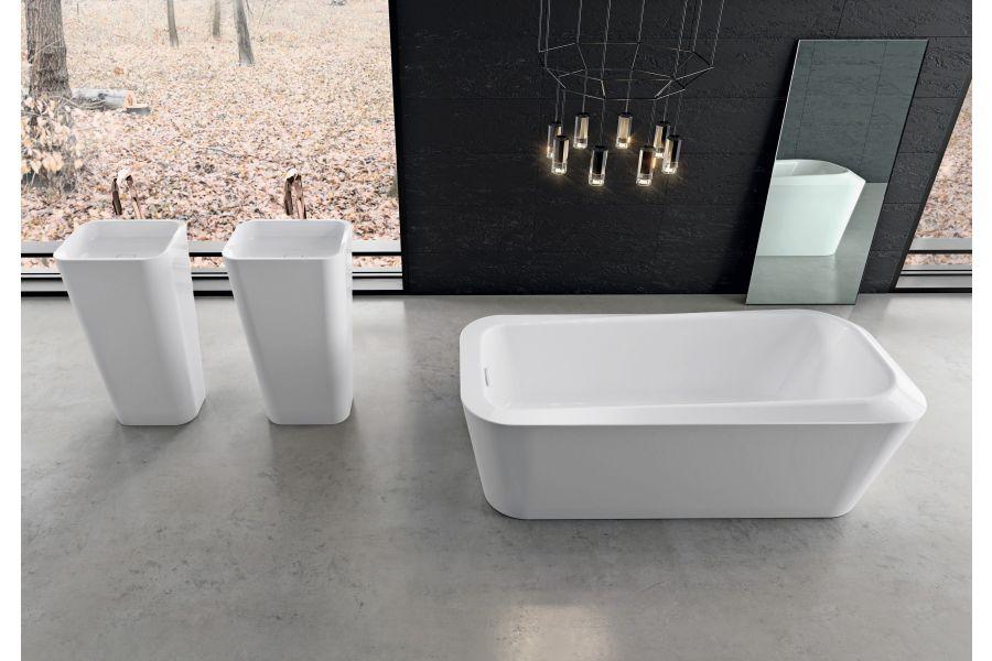 Die freistehende Einsitzer-Badewanne  von Kaldewei zeichnet sich durch eine ergonomische und moderne Wannenform aus.