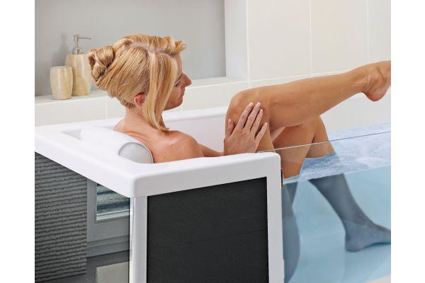 Das Bild zeigt eine Frau in einer Badewanne mit Tür.