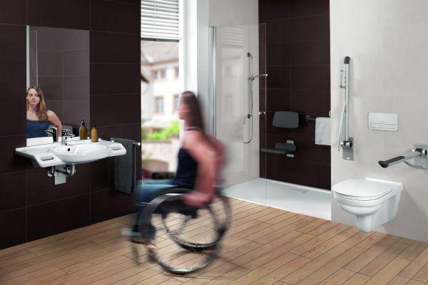 Das Bild zeigt Anna Schaffelhuber, die fünffache Goldmedaillen-Gewinnerin der Paralympics in Sotschi 2014, die mit ihrem Rollstuhl ein barrierefreies Bad, gestaltet von Villeroy & Boch, durchfährt.