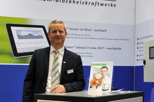 Jens Brake, Vorstandsmitglied von RMB und Geschäftsführer von RMB Energie mit einem Blockheizkraftwerk.