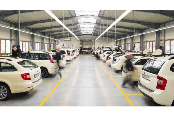 Zwei Reihen Taxis in der Halle für Folierungen.