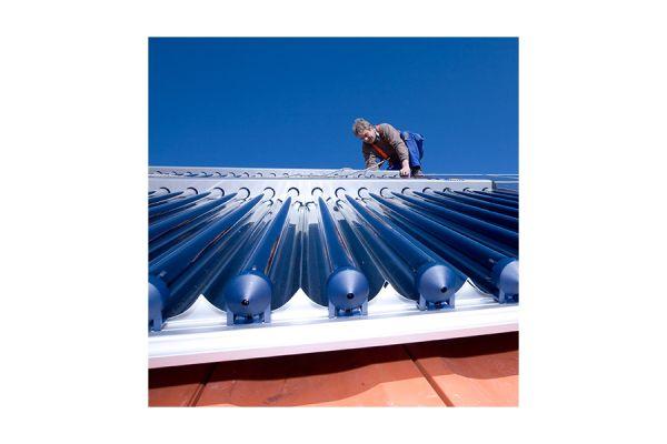 Solarthermieanlage wird auf dem Dach montiert