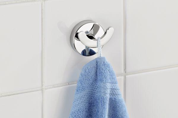Der Handtuchhalter von Wenko aus der Badaccessoire-Serie Capri wird durch die Kraft des Vakuums an der Wand fixiert.