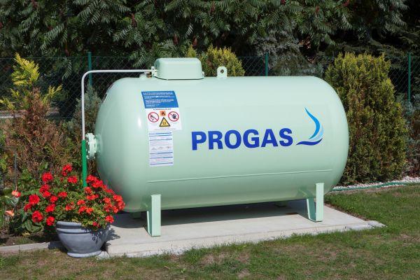 Ein Flüssiggastank von Progas in einem Garten.