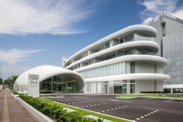 Das Bild zeigt Toto auf dem Gelände der Konzernzentrale im japanischen Kitakyushu.