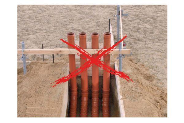 """Besonders in Neubauten ohne Keller werden Abwasserrohre (KG-Rohre) noch immer für die Gebäudeeinführung """"zweckentfremdet"""". Sie bleiben jedoch den Nachweis schuldig, immer gas- und wasserdicht zu sein."""
