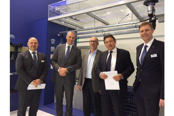 Mitarbeiter beider Firmen bei der Unterzeichnung der Kooperation.