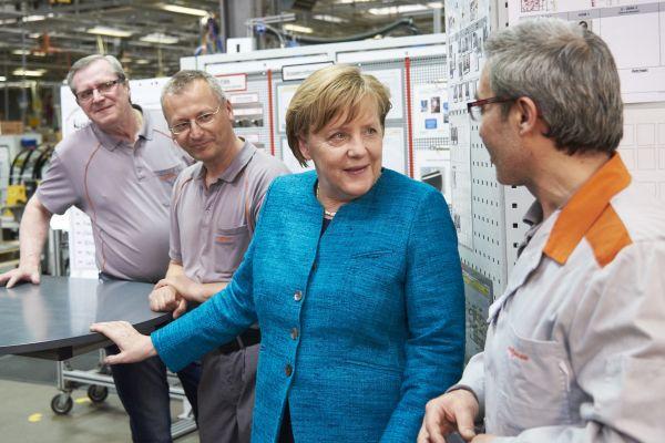 Die Kanzlerin unterhält sich mit Mitarbeitern von Viessmann.