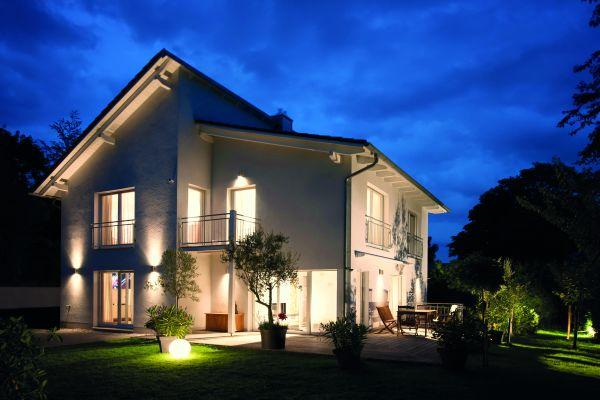 Ein beleuchtetes Haus bei Nacht.
