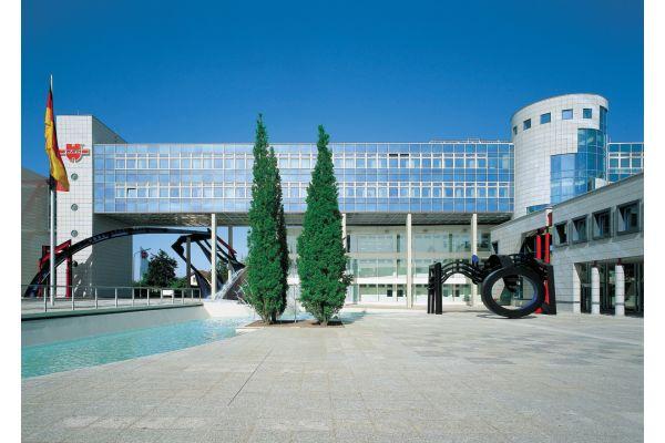 Das Verwaltungsgebäude von Würth in Künzelsau von außen.