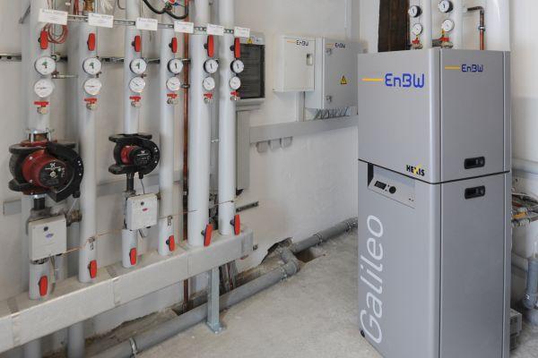 Ein Brennstoffzellen-Heizgerät in einem Keller.