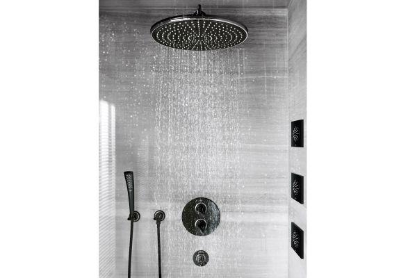 Das Bild zeigt die schwarzen Duscharmaturen aus der Serie