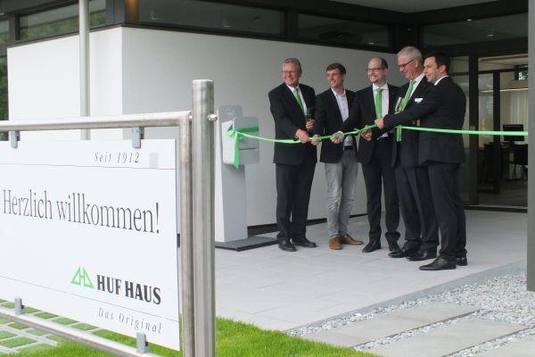 Die Geschäftsleitung von HUF eröffnete gemeinsam mit dem verantwortlichen Architekten ein zukunftsweisendes Plusenergiehaus in Fachwerk: (v.l.n.r) Michael Baumann, Alexander Huf, Benedikt Huf, Georg Huf, Christoph Schmidt.