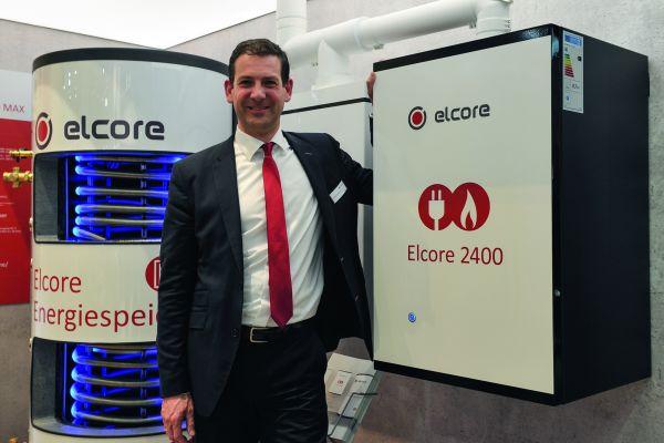 Dr. Manfred Stefener präsentiert die aktuelle Version des Elcore 2400 auf der ISH.