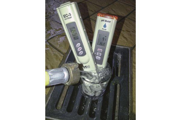 Messung der elektrischesn Leitfähigkeit von Heizungswasser mit Messgeräten.