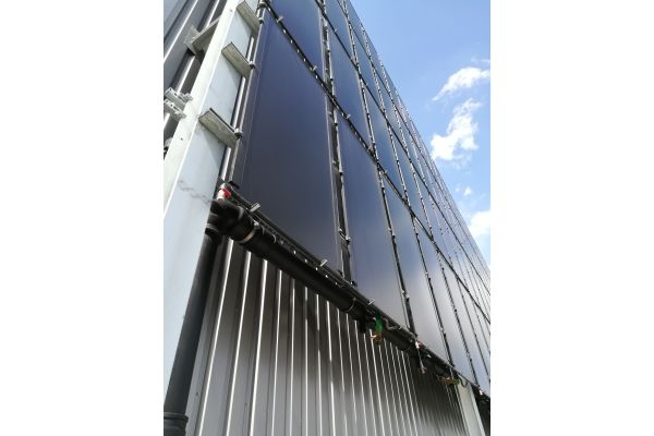Die Solarfassade des Neubaus.
