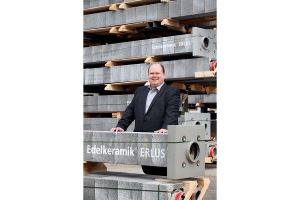 Jürgen Böhm mit einem Schornstein von Erlus.