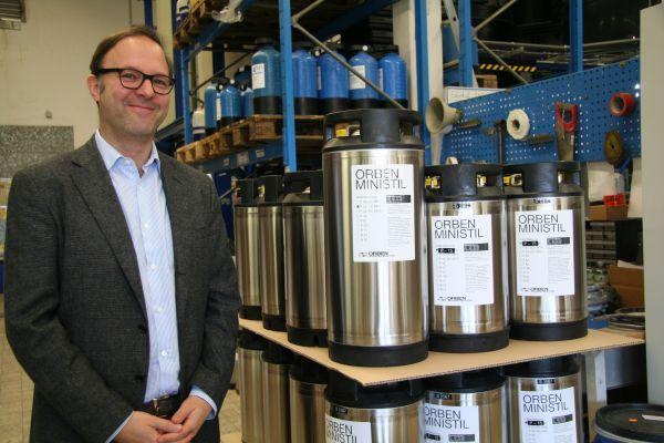 Steffen Orben neben einer Palette Ionenaustauscher.