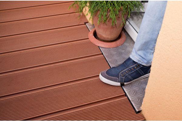 Das Bild zeigt den Fuß eines Menschen, der gerade auf die Terrasse tritt.