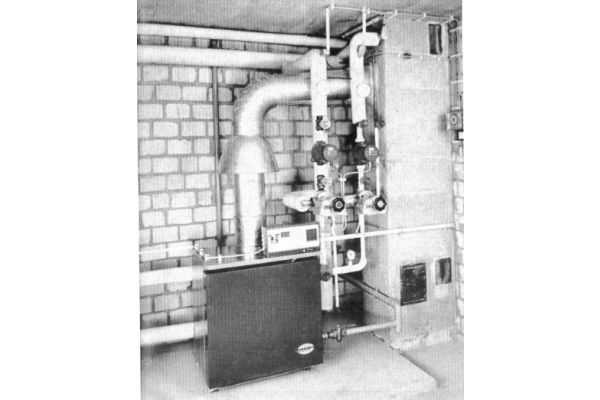 Ein Spezialheizkessel für Gasfeuerung ohne Gebläse in einem Heizungskeller.