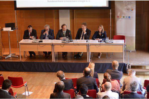 Die Teilnehmer der Podiumsdiskussion des BEE.