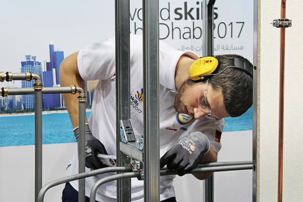 Schwarz-gelbe Installationstechnik für WM der Berufe