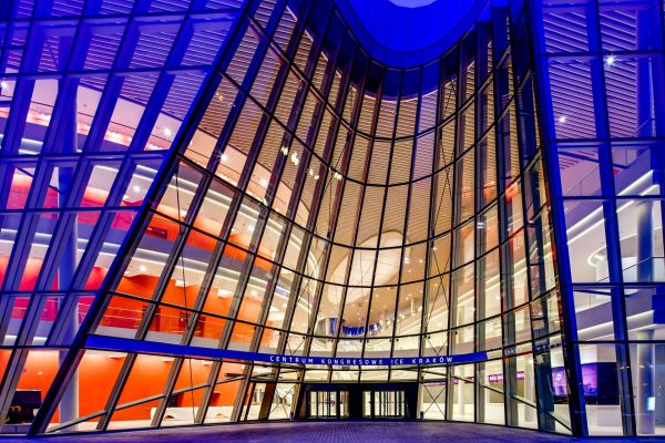 Der Haupteingang des Kongresszentrums in Krakau.