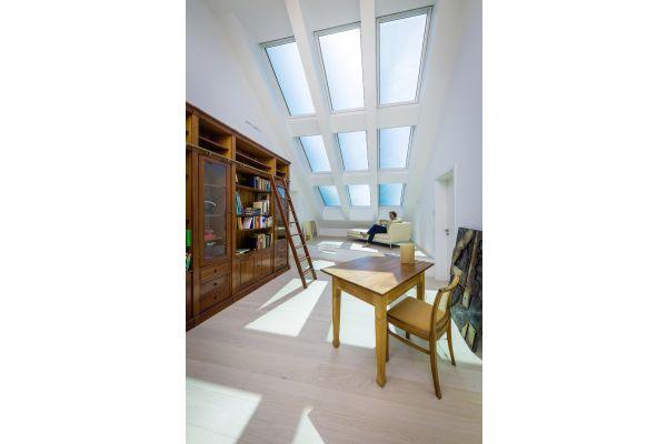 Ein Wohnzimmer mit großen Dachfenstern.