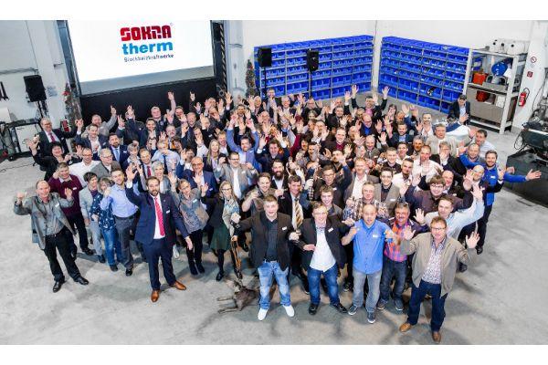 Gruppenfoto der Teilnehmer des 40. Firmenjubiläums von Sokratherm.