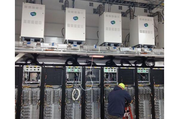 Brennstoffzellen von Solidpower oberhalb von Serverracks.