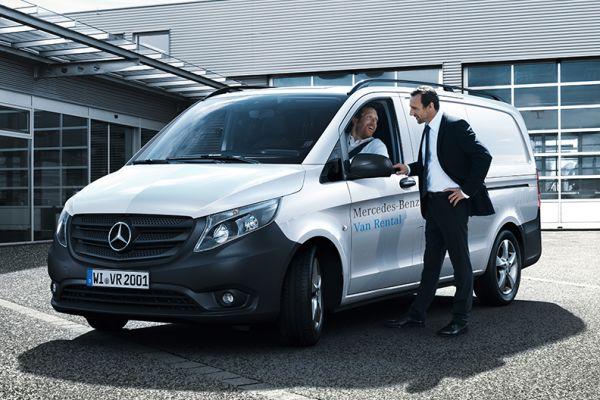 Zwei Männer mit einem der Miet-Vans von Mercedes-Benz.